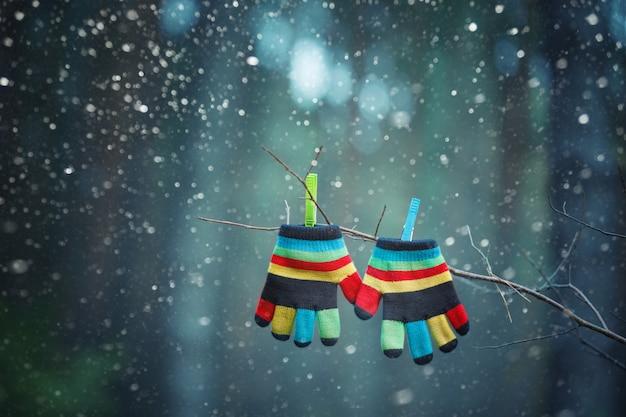 Kleine babyhandschuhe / -handschuhe, die draußen durch einen thread im winter hängen