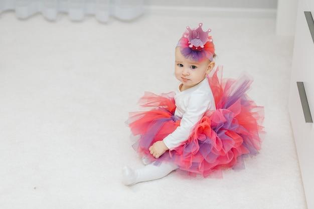 Kleine babyprinzessin im tutu und in der handgemachten krone