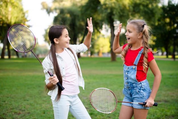 Kleine badmintonspieler geben fünf