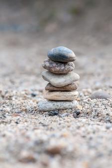 Kleine balancierende steine, die auf anderen felsen sitzen