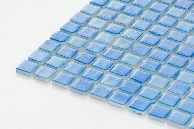 Kleine blaue keramikfliese auf weißem hintergrund, majolika. für den katalog