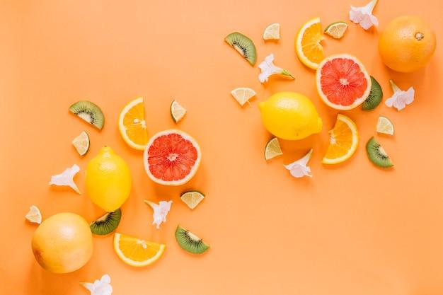 Kleine blumen nahe sortierten früchten