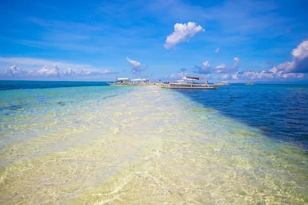 Kleine boote am weißen tropischen strand