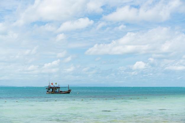 Kleine boote, die im blauen ozean fischen
