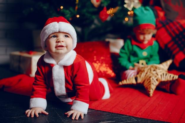 Kleine brüder cutte zu hause nahe weihnachtsdekorationen