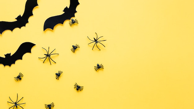Kleine dekorative fledermäuse und spinnen