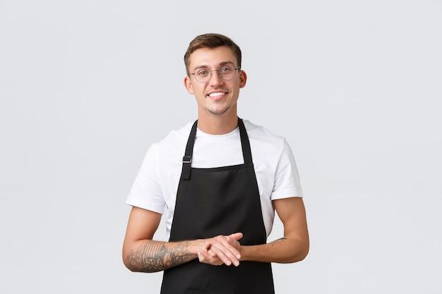 Kleine einzelhandelsunternehmen café- und restaurantmitarbeiter konzept fröhlich freundlich aussehender barista ...