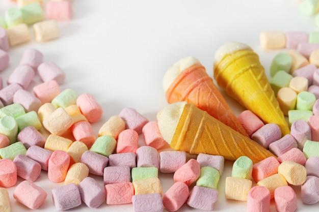 Kleine eistüten und mini marshmallow.