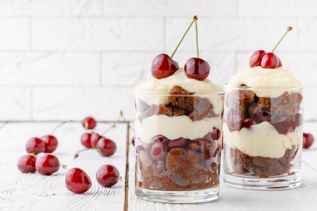 Kleine englische küche dessert mit kirschfrüchten gemacht
