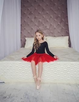 Kleine entzückende junge ballerina