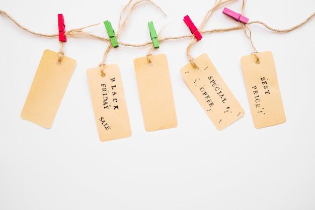 Kleine etiketten, die an torsion hängen