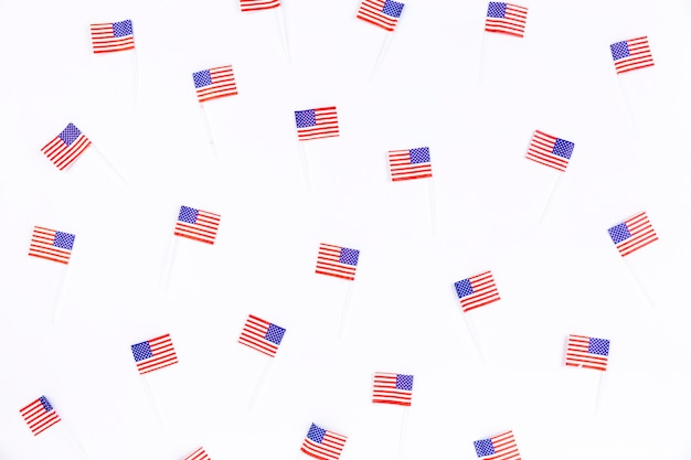 Kleine fahnen mit bild der amerikanischen flagge