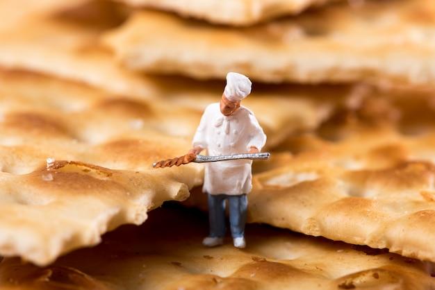 Kleine figur eines chefs in einem crackerkeks