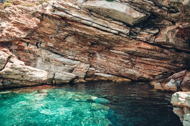 Kleine flache höhle in thassos, griechenland