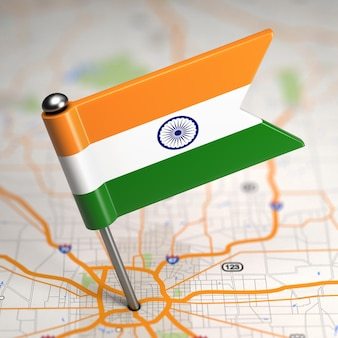 Kleine flagge der republik indien auf einem kartenhintergrund mit selektivem fokus.