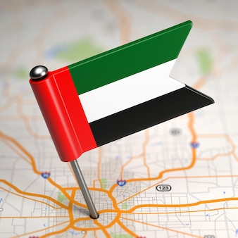 Kleine flagge der vereinigten arabischen emirate im kartenhintergrund mit selektivem fokus.