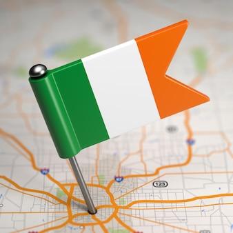 Kleine flagge von irland im kartenhintergrund mit selektivem fokus geklebt.