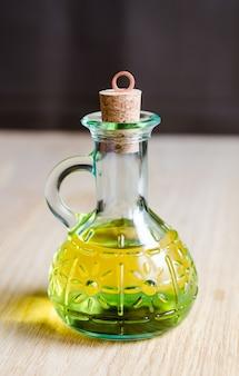 Kleine flasche olivenöl mit korkstopfen