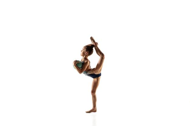 Kleine flexible turnerin isoliert auf weißer wand Kostenlose Fotos