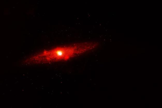 Kleine galaxie auf dunklem hintergrund. elemente dieses bildes wurden von der nasa bereitgestellt. foto in hoher qualität