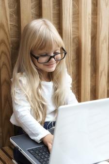 Kleine geschäftsfrau mit laptop, der im büro arbeitet