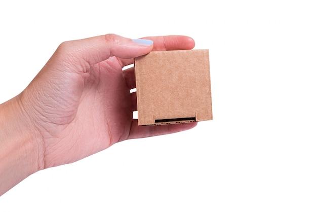 Kleine geschenkbox aus pappe, isoliert in frauenhand