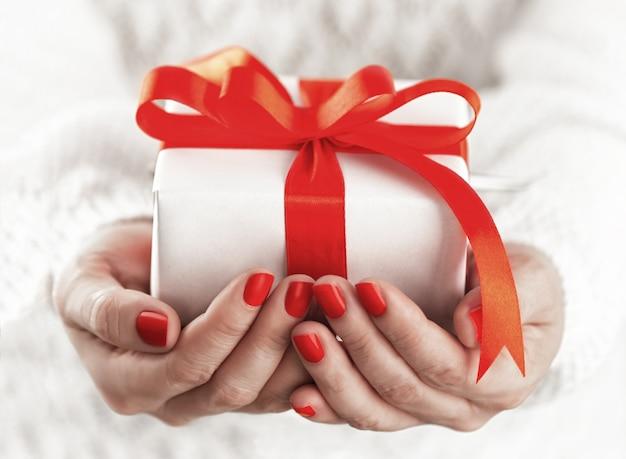 Kleine geschenkbox in händen