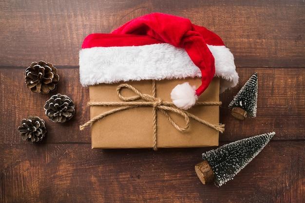 Kleine geschenkbox in nikolausmütze