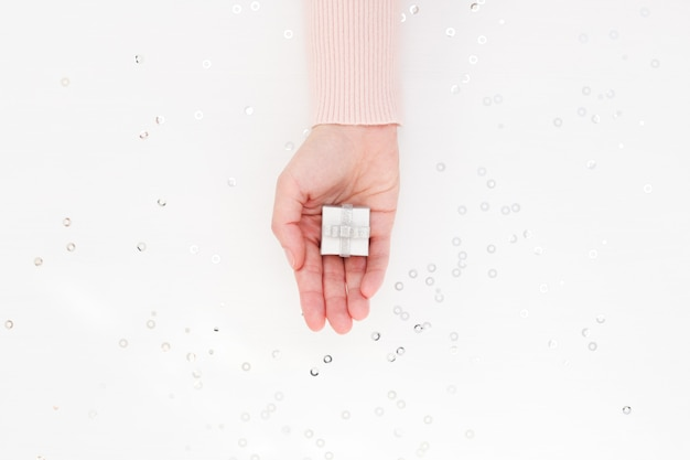 Kleine geschenkbox in weiblicher handfläche