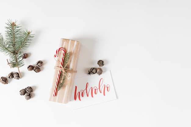 Kleine geschenkbox mit ho ho ho inschrift auf papier