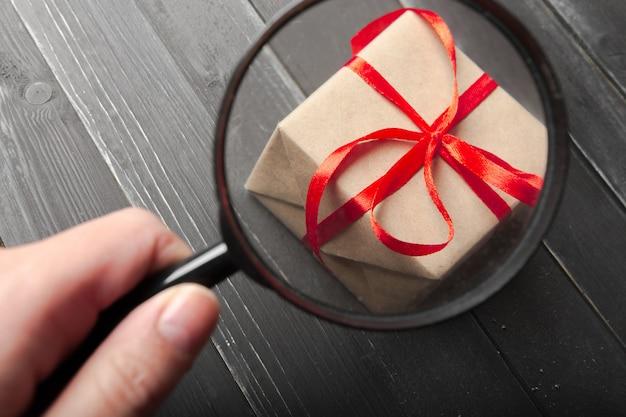 Kleine geschenkbox mit rotem bandabschluß oben