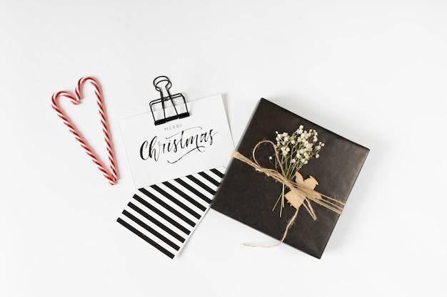 Kleine geschenkbox mit weihnachtsaufschrift auf papier