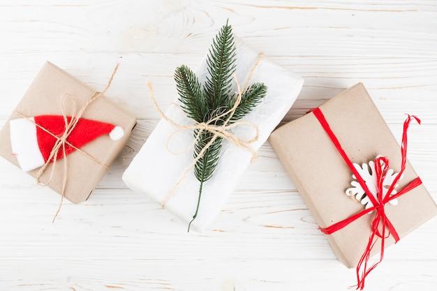 Kleine geschenkboxen mit bändern auf dem tisch