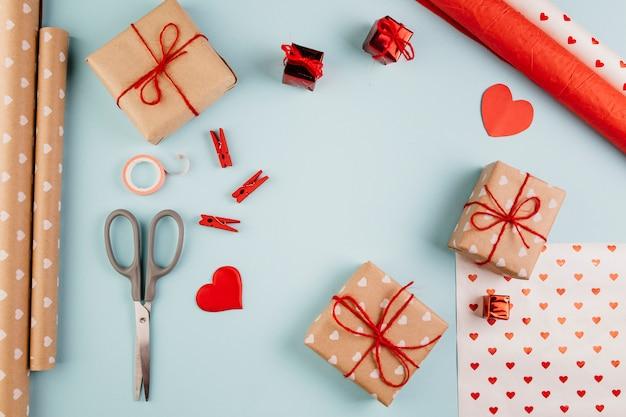 Kleine geschenkboxen mit herzen auf dem tisch