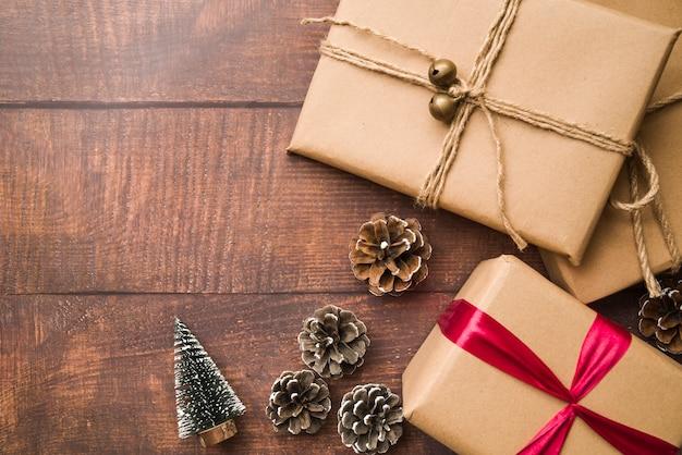 Kleine geschenkboxen mit zapfen und tannenbaum
