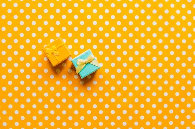 Kleine geschenke auf buntem hintergrund