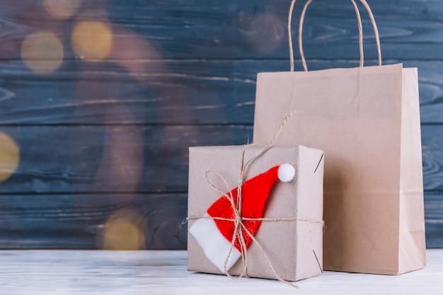 Kleine geschenktüte mit geschenkbox
