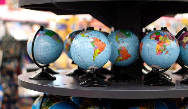 Kleine globen auf einer theke in einem geschäft.
