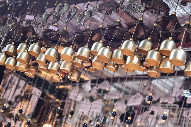 Kleine glocken im tempel. auswahlfokus.