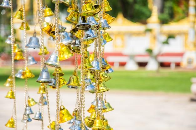 Kleine goldene und silberne glocke