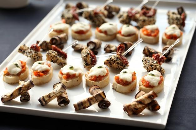 Kleine gourmet-snacks auf einem teller