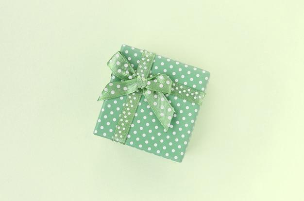Kleine grüne geschenkbox mit band