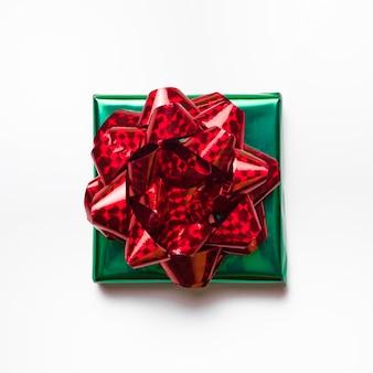 Kleine grüne geschenkbox mit schleife