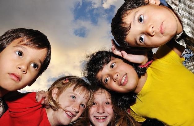 Kleine gruppe glückliche kinder im freien