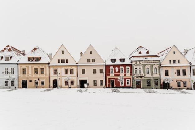 Kleine häuser in der winterstadt