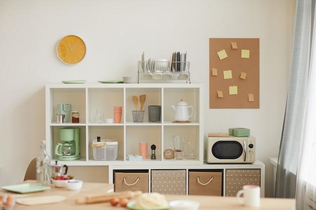 Kleine haushaltsküche mit regalen und kisten