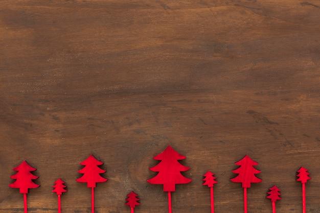 Kleine hölzerne weihnachtsbäume auf tabelle
