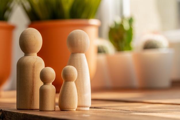 Kleine holzfiguren von familienmitgliedern. familienbeziehungssymbol