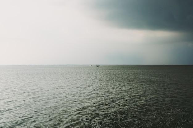 Kleine hütte mitten im meer bei kommendem sturm