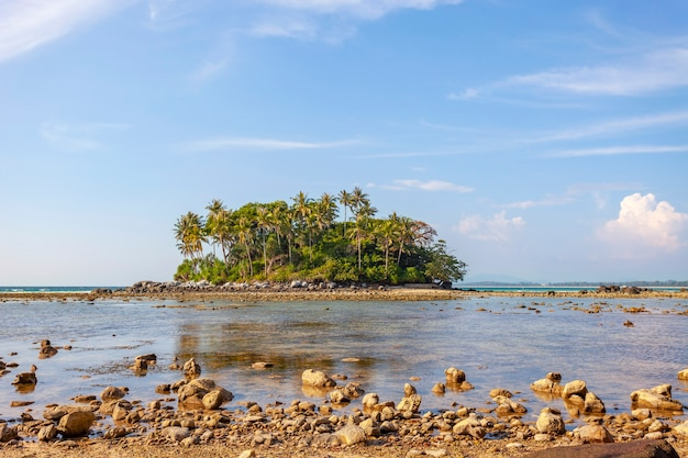 Kleine insel im tropischen meer mit weißem wolkenhintergrund des blauen ozeans und des blauen himmels